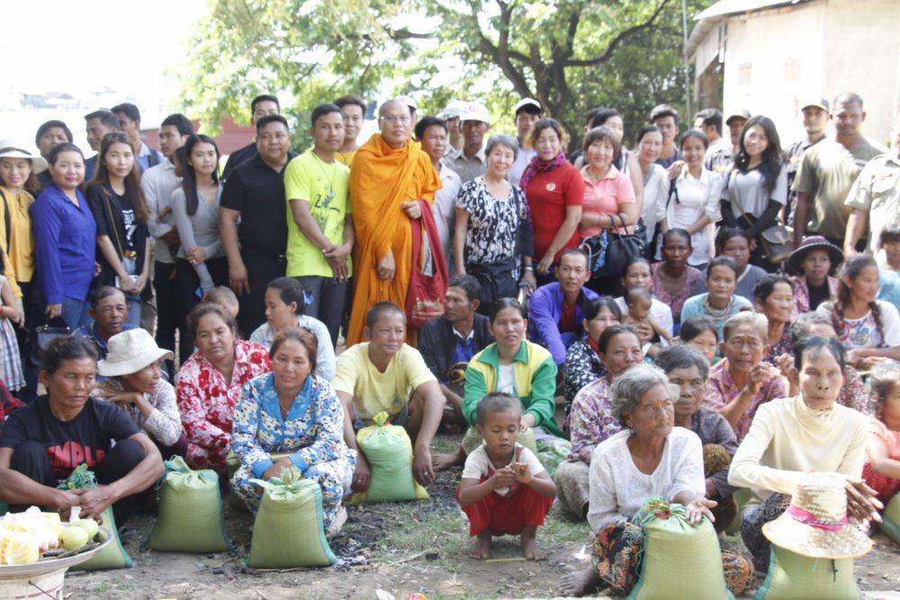 困窮の村へお米配給